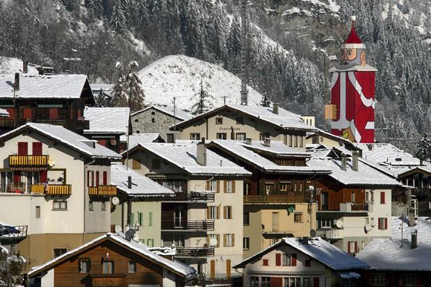 A vila suíça de Saint Niklaus, perto de Zermatt, transformou a igreja local no maior Papai Noel do Mundo. Ele mede 36,5 metros. (Foto: Fabrice Coffrini/AFP)