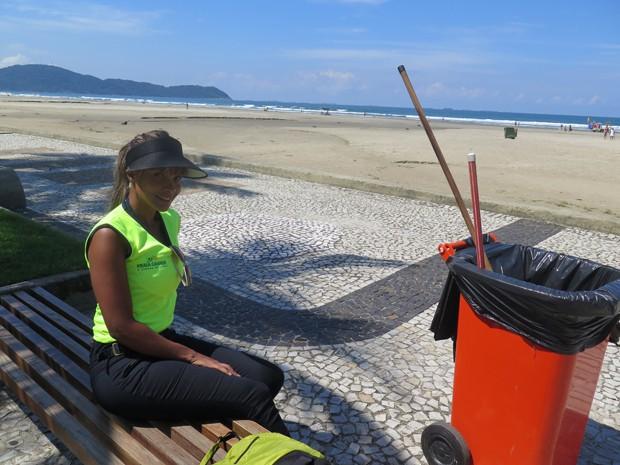 Ana Paula após o serviço de gari, em Praia Grande (Foto: Mariane Rossi/G1)