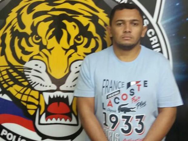 André Lemos da Silva possui um mandado de prisão pelo crime de estelionato