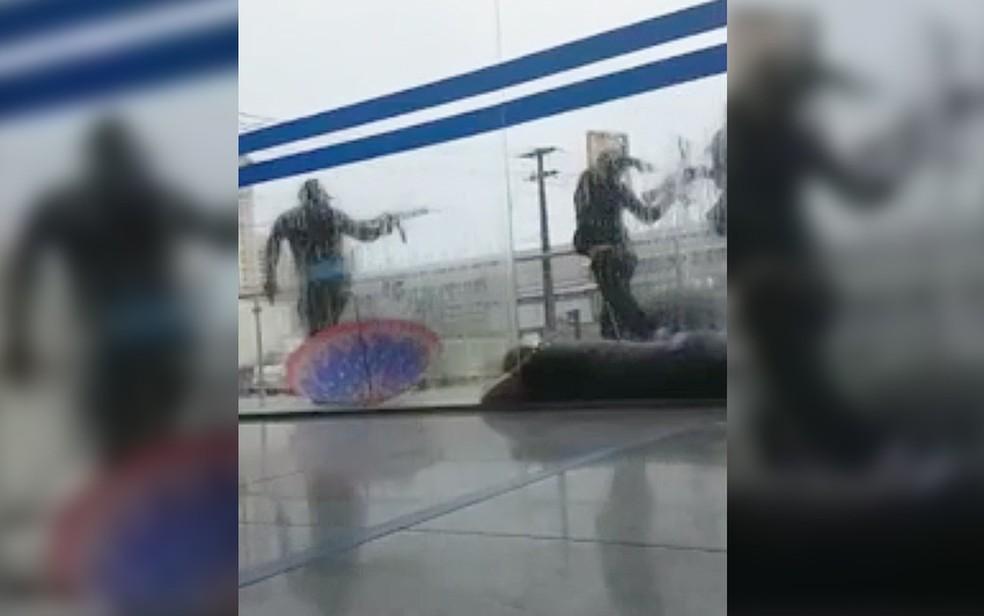 Vídeo mostra quadrilha com fuzis e refém durante assalto a banco em Natal (Foto: Reprodução/G1)