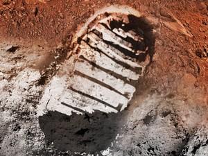 Concepção artística mostra passo de astronauta em solo lunar (branco) e solo marciano (vermelho (Foto: Divulgação/Nasa)