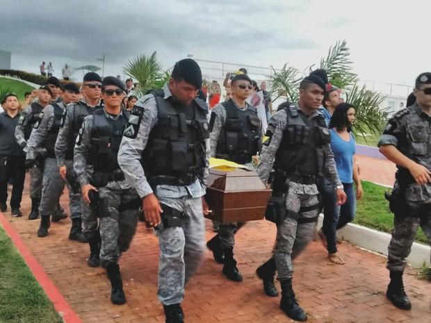 Caixão foi carregado por policiais (Foto: Aline Nascimento/G1)