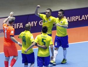 Jogadores do Brasil comemoram a goleada sobre Moçambique (Foto: EFE)