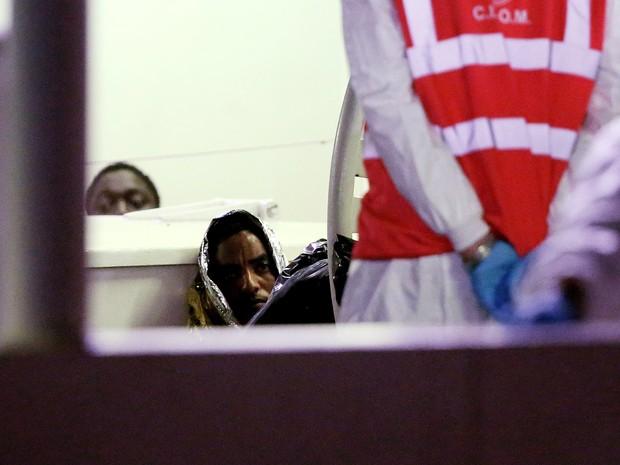 27 dos 28 sobreviventes chegaram ao por de Catânia, na Itália (Foto: REUTERS/Alessandro Bianchi)