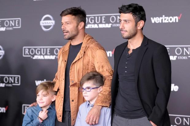Ricky Martin com os filhos e o namorado (Foto: FRAZER HARRISON / GETTY IMAGES NORTH AMERICA / AFP)