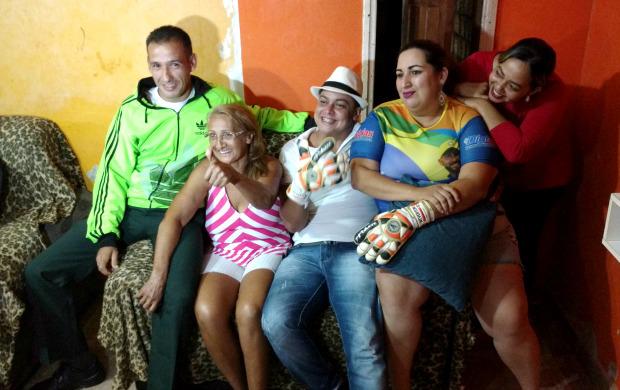 Amigos de Weverton se confraternizaram na tarde desta segunda-feira (22) após convocação do goleiro (Foto: Murilo Lima)