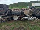Carreta capota na BR-101 e motorista morre; veículo ficou destruído