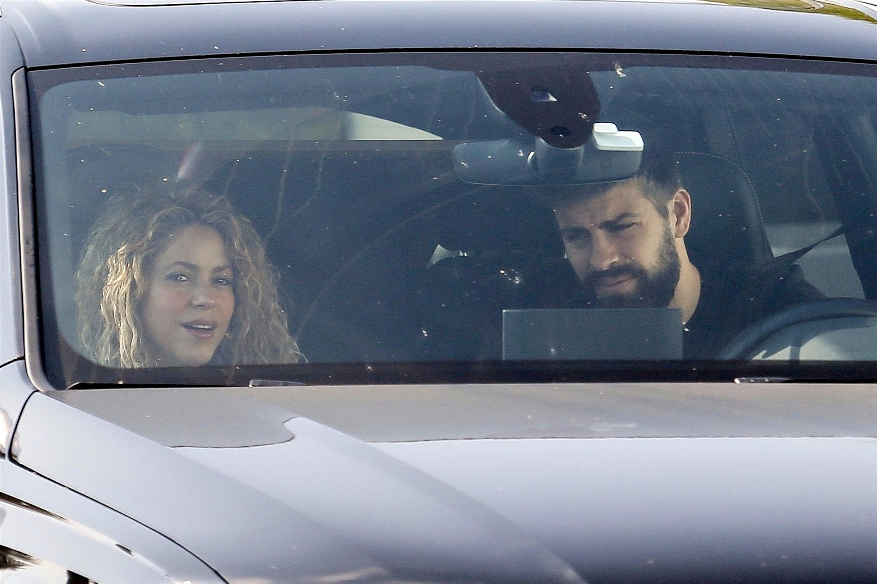 Em meio a boatos de separação, Shakira e Piqué são flagrados juntos (Foto: BACKGRID)