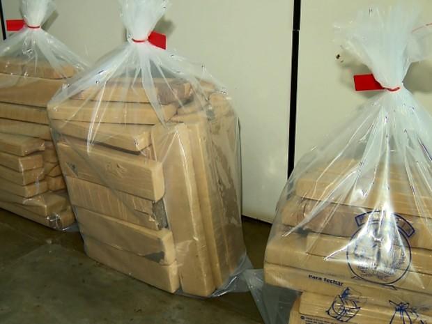 Tabletes de maconha foram encontrados escondidos dentro de carro na Fernão Dias, em Três Corações (Foto: Reprodução EPTV)