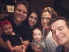 Thais Fersoza e Michel Teló posam com a filha e a família de Belutti
