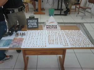 Idoso foi preso com mais de 500 pedras de crack em Bambuí (Foto: Polícia Militar/Divulgação)