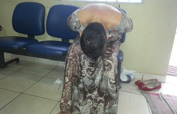 Homem, que cumpre pena por assalto, também usava roupas femininas, em Goiás (Foto: Reprodução/TV Anhanguera)