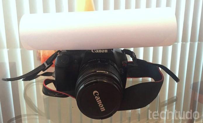 O difusor alternativo, feito de papel, ajuda a suavizar o flash embutido (Foto: Raíssa Delphim/TechTudo)
