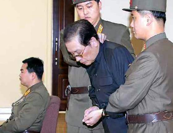 Jang Sung-taek (no meio, de preto), tio do líder norte-coreano Kim Jong-un , comparece a uma audiência em tribunal militar especial. Sung-taek foi executado depois da audiência (Foto:  EFE/Rodong Sinmun)