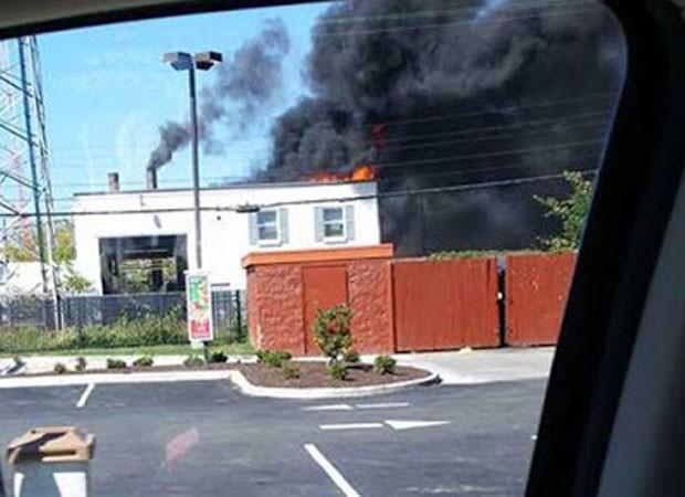 Incêndio destruiu o telhado de um crematório em Henrico (Foto: Reprodução/YouTube/Brent Solomon)