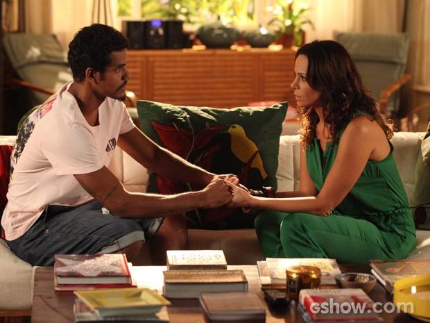 Juliana conta seu plano a Jairo e faz o pedido de casamento (Foto: Carol Caminha/TV Globo)