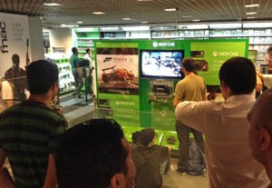 Na falta do PS4 na Fnac da Av. Paulista, consumidores se divertiam com o Xbox One, da Microsoft (Foto: Gustavo Petró/G1)