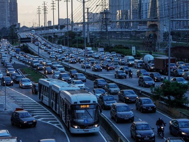 37e08b642 Trânsito intenso no sentido Interlagos da Marginal Pinheiros, na altura da  ponte Estaiada, no