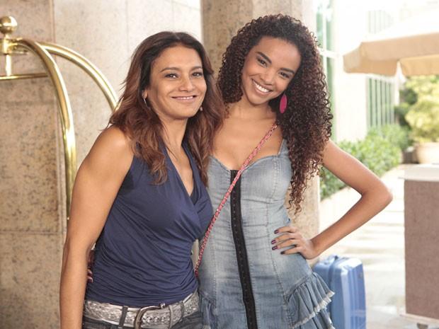 Dira e Lucy fazem pose entre as cenas (Foto: Salve Jorge/TV Globo)