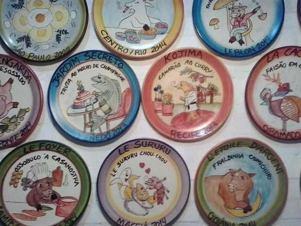 Alguns pratos da Boa Lembrança na parede da cerâmica (Foto: Fátima Carvalho / Cerâmica Van Erven)