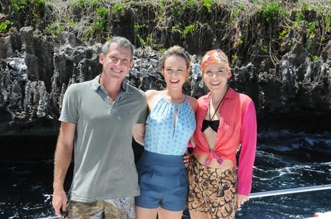 Mariana Ximenes e Angélica posam com o biólogo Lisando Almeida  (Foto: TV Globo)
