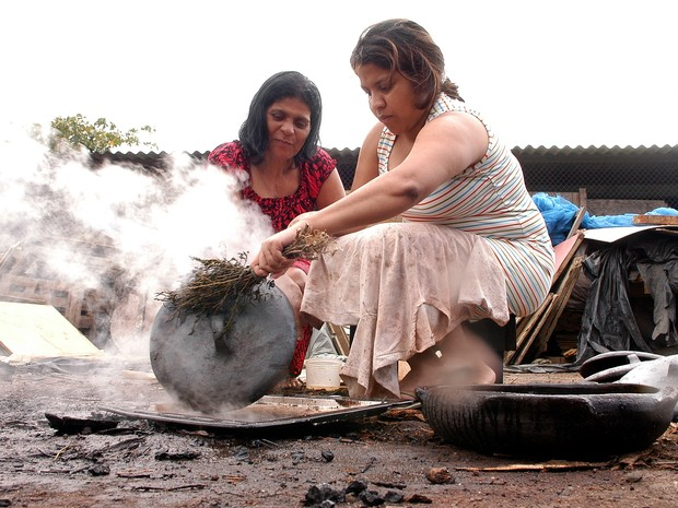 Mariane Correa ensina a filha a tingir a panela de barro (Foto: Gildo Loyola/ A Gazeta - 31/08/2007)