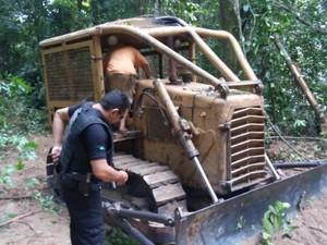 Três tratores e duas motosserras forama preendidas pela Polícia Civil (Foto: Ascom/PC)