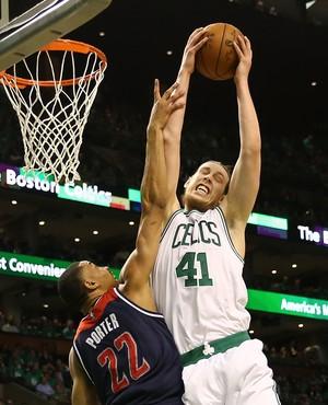 Kelly Olynyk briga pelo rebote no confronto com os Wizards (Foto: AFP)