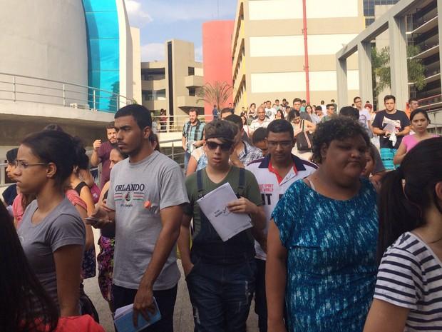 Enem 2015 - Sábado (7) - Goiânia - Goiás - Alunos terminam provas no Enem na PUC (Foto: Paula Resende/G1)