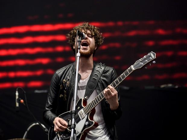 Luke Pritchard, vocalista do The Kooks, canta no palco Onix do Lollapalooza (Foto: Marcelo Brandt/G1)