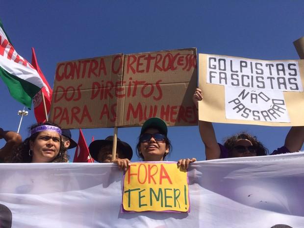 Manifestantes em Brasília protestam contra eventuais retrocessos nos direitos das mulheres (Foto: G1/ Distrito Federal)