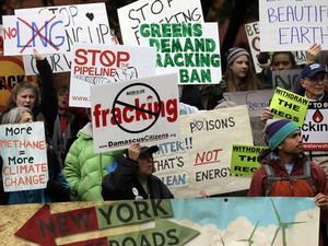 Pessoas protestam contra o uso da técnica de fracking no estado de Nova York, em outubro.  (Foto: AP Photo/Mike Groll)