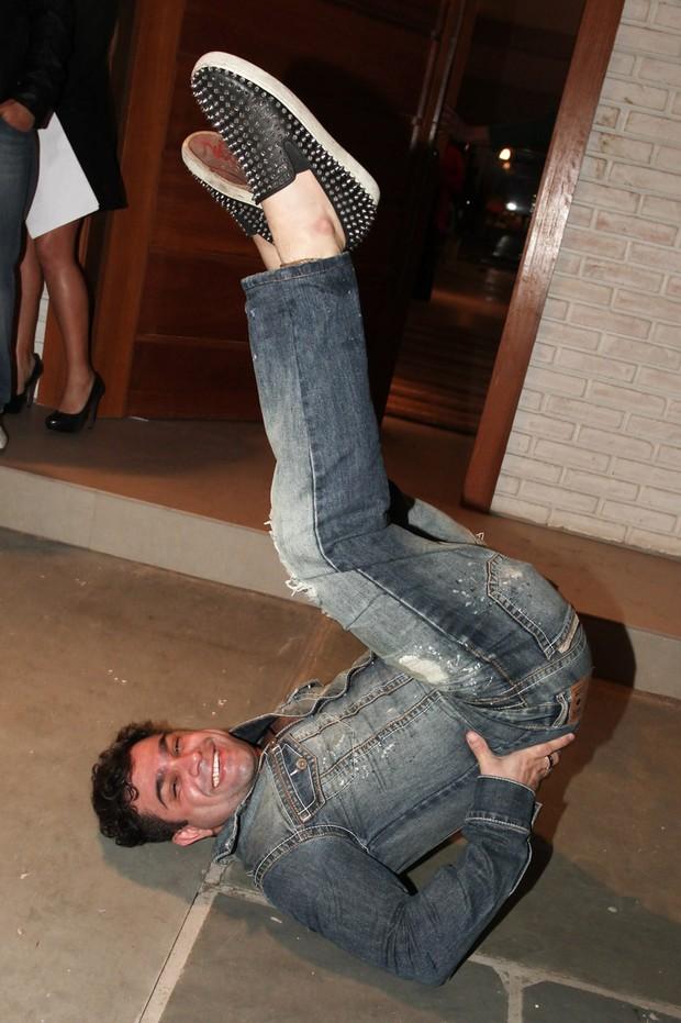 Evandro Santo se diverte fazendo quadradinho de oito (Foto: Manuela Scarpa/Foto Rio News)