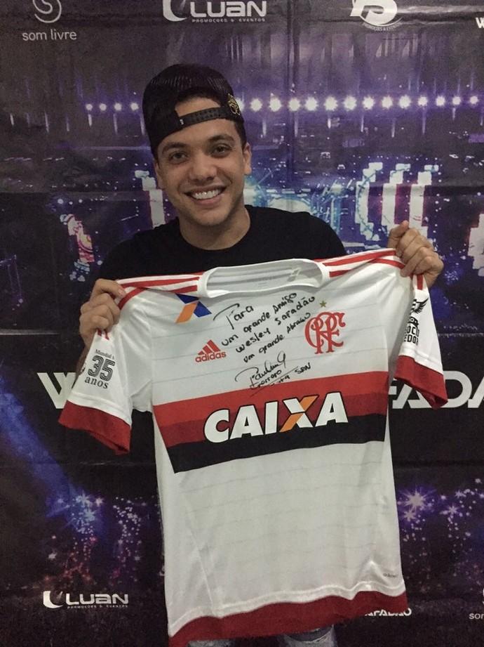 Wesley Safadão é presenteado por Guerrero com camisa do Flamengo (Foto: Divulgação)