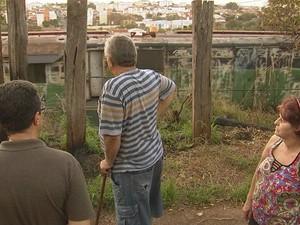 Moradores não aguentam mais problemas e pedem soluções (Foto: Reprodução / TV TEM)
