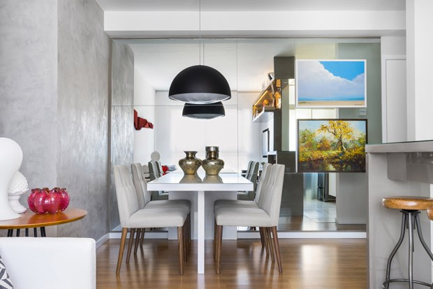 Decoração neutra e painel espelhado amplia apartamento de 62 m² (Foto: Divulgação)