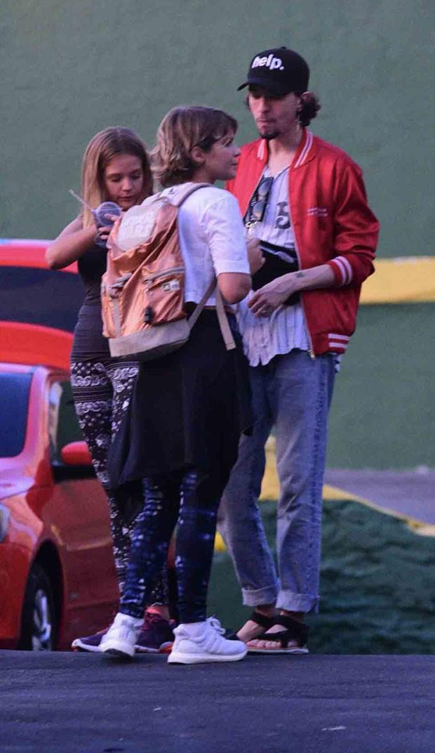 Isabella, Gabi e um amigo no estacionamento (Foto: AgNews / Leo Franco)