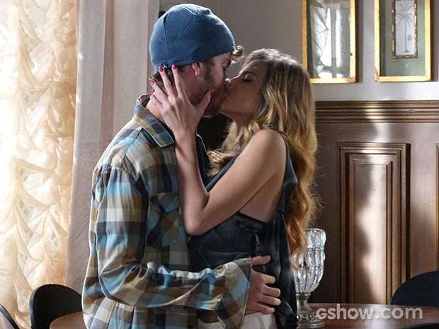 Sidney fica com o coração amolecido pelas atitudes de Sofia e a beija (Foto: Malhação / TV Globo)