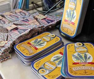 Livros de receitas em forma de lata de sardinha à venda em livraria da LX Factory (Foto: c)