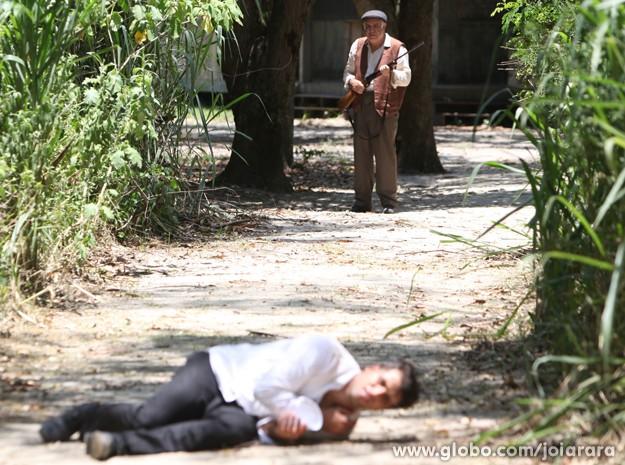 Dono da tensa corre atrás de Franz e atira nele (Foto: Carol Caminha/TV Globo)