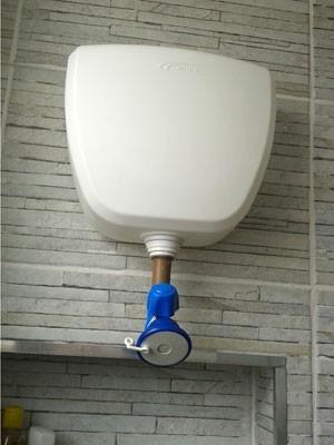 Casal gasta R$ 30 e monta chuveiro sem tubulação de água e energia elétrica