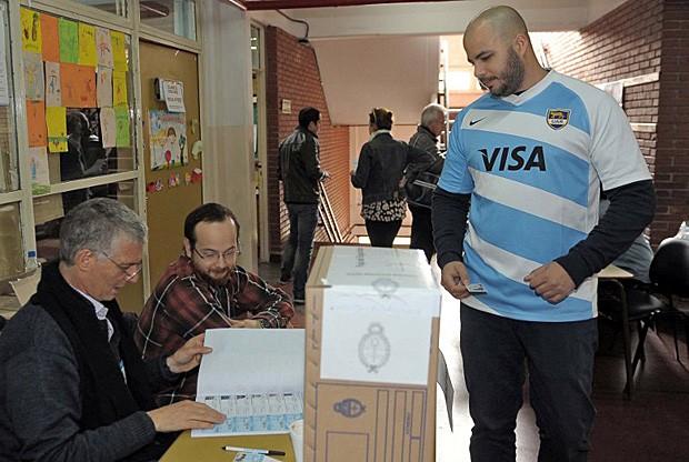 Eleitor aparece para votar em Buenos Aires com a camisa da seleção de Rugby (Foto: Gustavo Amarelle/Telam/AFP)