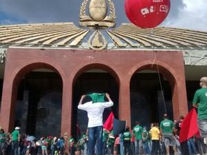 Professores e trabalhadores filiados à CUT se reuniram em frente ao Palácio Araguaia, em Palmas (Foto: Eurílio Silva/G1)