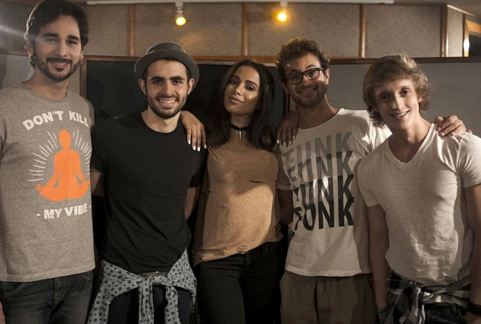 Jamz posa com Anitta depois de gravarem parceria juntos (Foto: Dom Pedro Conteúdo/Divulgação)