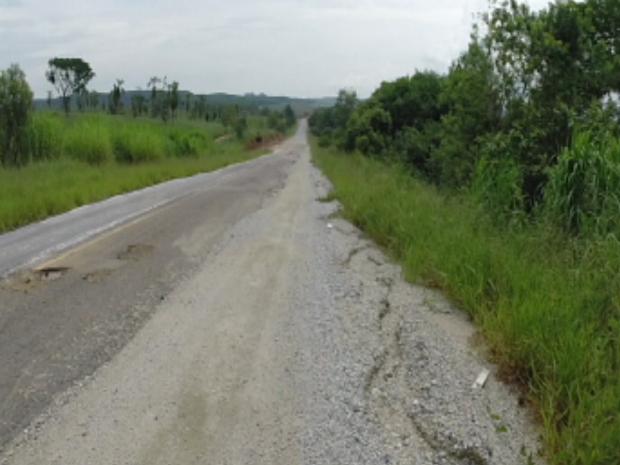 Metade da Rodovia Lauri Simões de Barros não foi recapeada (Foto: Cláudio Nascimento/TV TEM)