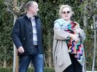 Adele passeia com o filho todo enrolado em um cobertor