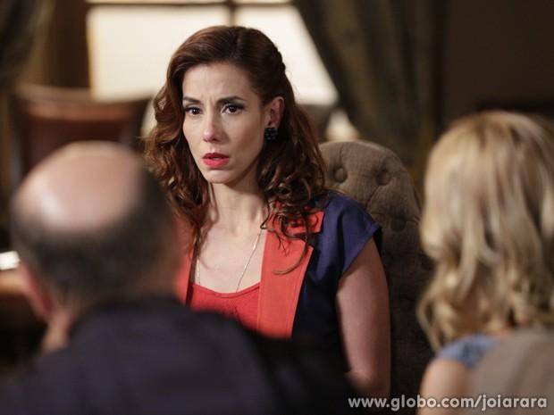 Dália se sente pressionada e revela ao juiz que armou flagrante (Foto: Fábio Rocha/TV Globo)