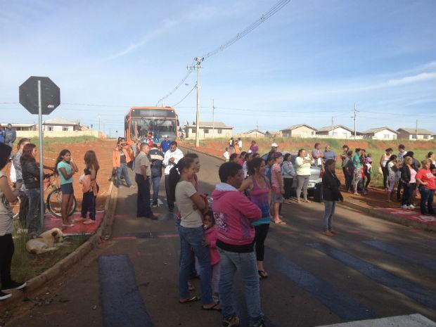 Moradores fecharam duas ruas do Jardim Canaã (Foto: Joel Nascimento/RPC TV)