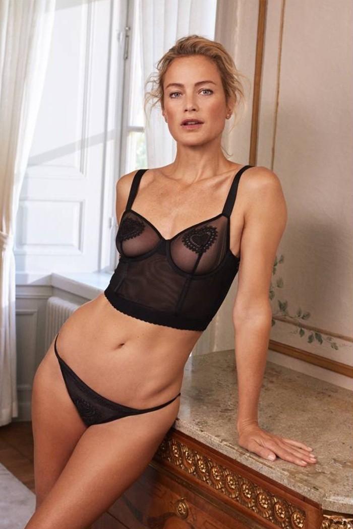 Carolyn Murphy aparece deslumbrante em campanha de lingerie (Foto: Divulgação)