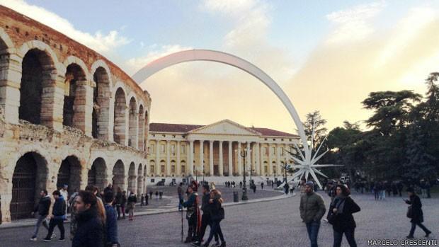 Medida polêmica pretende preservar espaços turísticos, como a Arena de Verona (Foto: Marcelo Crescenti/BBC)